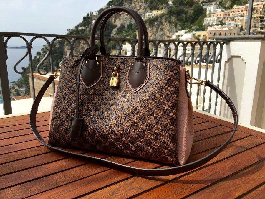 стильная оригинальная женская сумка Louis Vuitton на столе балкона отеля в Италии