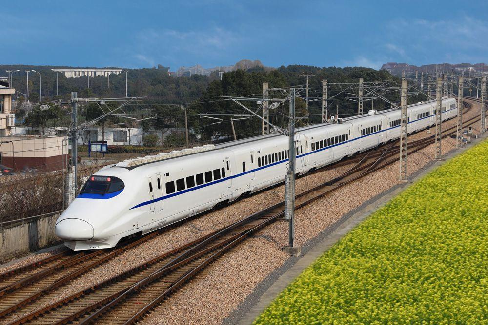 китайский высокоскростной поезд стоит у платформы. В Китае в относительно короткий срок была построена самая протяженная в мире сеть скоростных и высокоскоростных железных дорог, с которой не могут сравниться ж/д сети стран ЕС и Японии, не говоря уже о США.