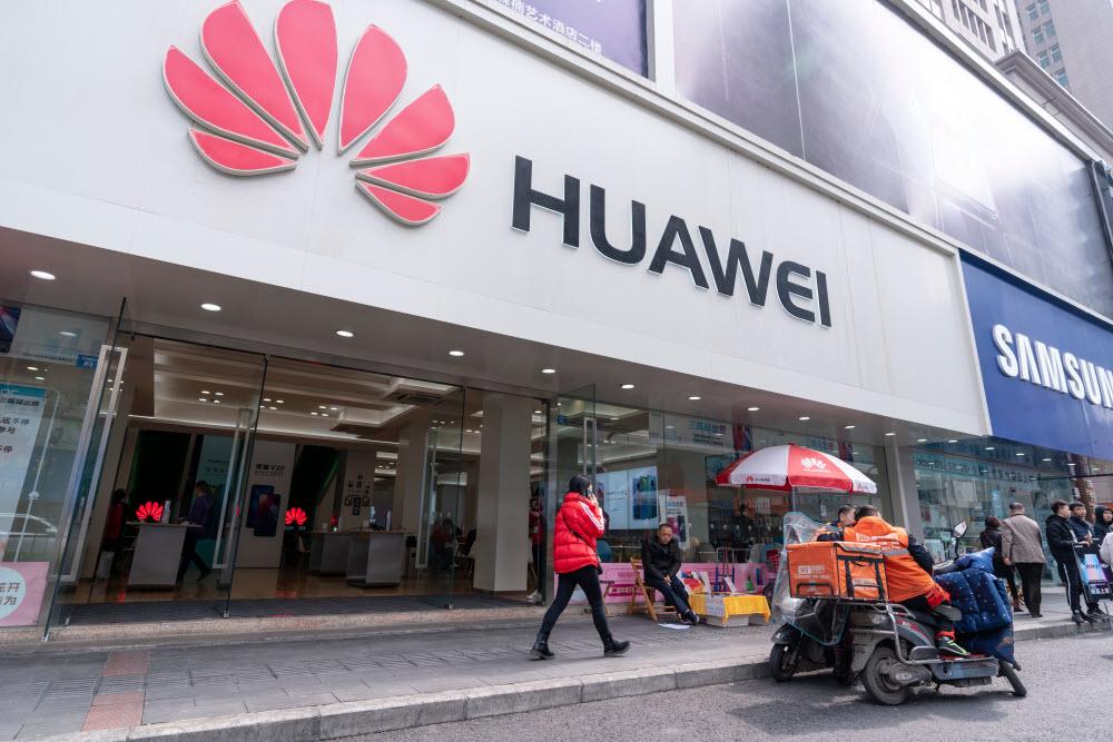 Китайская технологическая компания Huawei уже очень сильно пострадала от торговой войны США и КНР