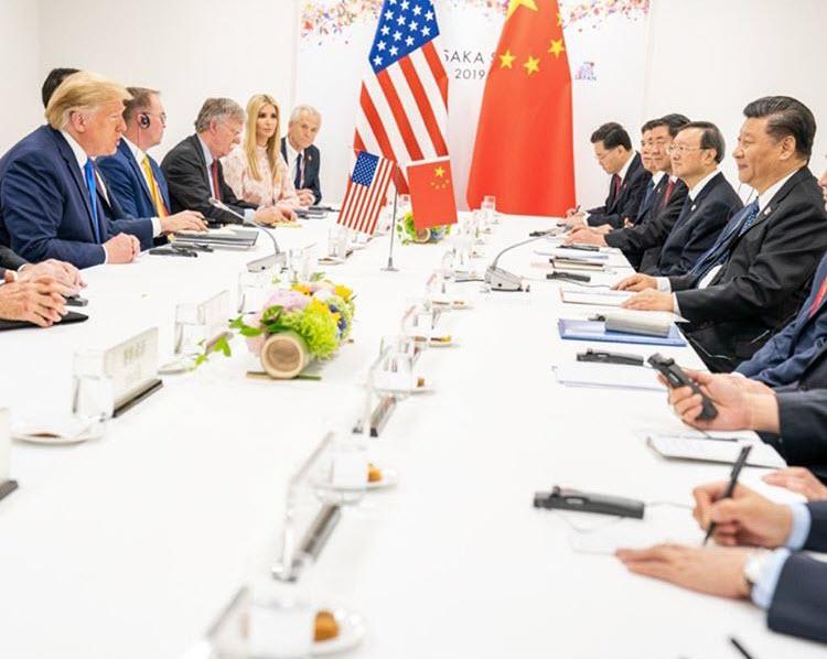 Президент Соединенных Штатов Америки Дональд Трамп и председатель Китайской Народной Республики Си Цзиньпин во главе делегаций во время переговоров на саммите G-20 в Осаке в июне 2019 года