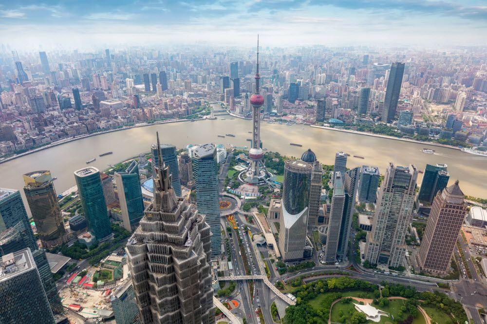 вид на бетонные джунгли Шанхая с одного из небоскребов Пудуна - делового района этого китайского мегаполиса