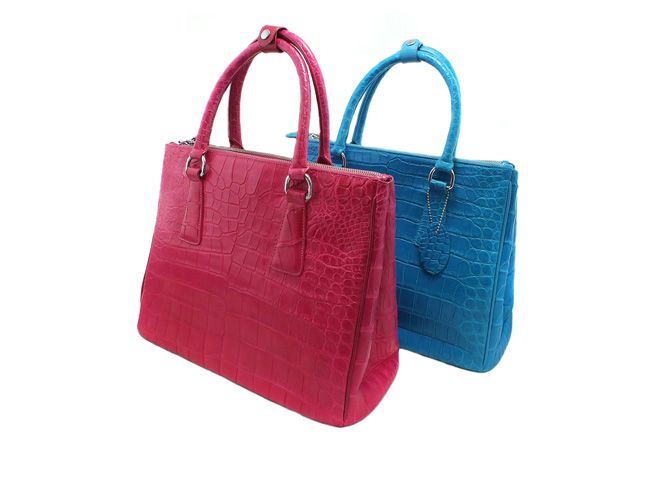 Variaciones del mismo modelo de bolso para mujer hecho de cuero de cocodrilo en azul y rosa