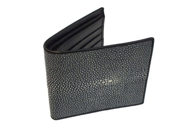 Billetera para hombre hecha de piel de raya pulida en color gris